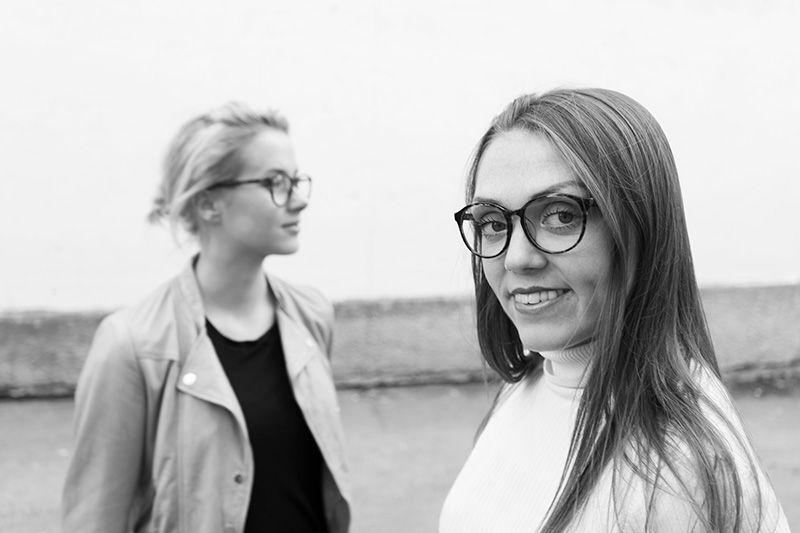to jenter med briller i et landskap