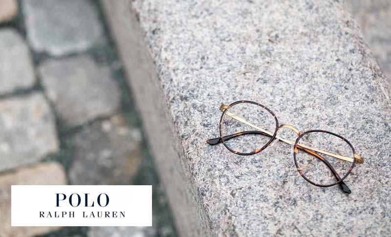 Pologlasögnl igger på en stenplatta med polo-logo