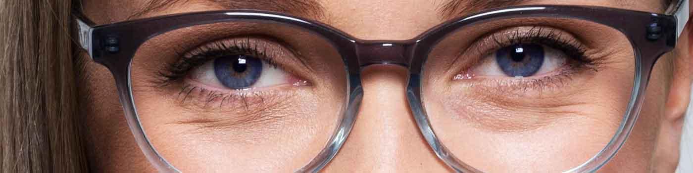 Bilde av øyne med briller