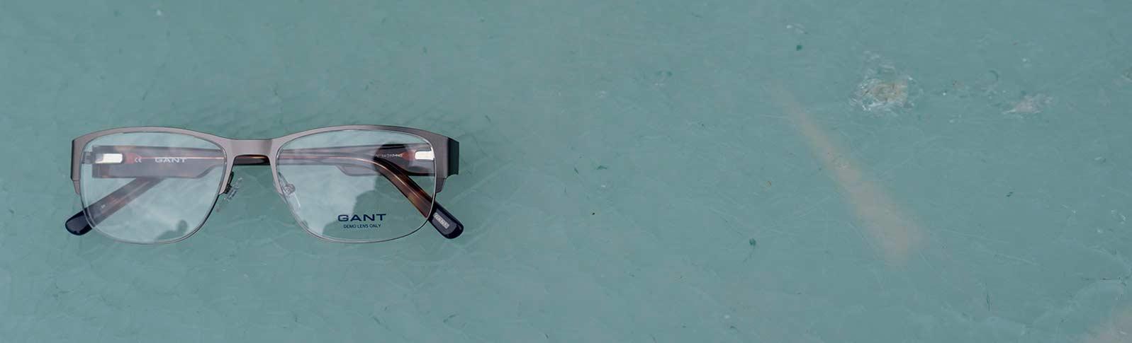 Briller fra Gant på et bord