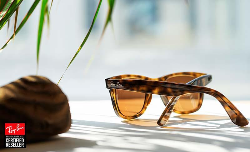 Ray-Ban Wayfarer Solglasögon med styrka på en benk