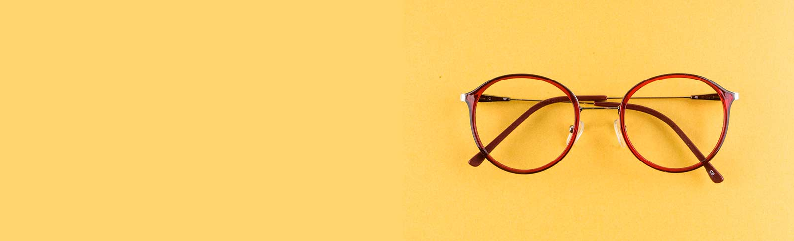 røde briller på en gul bakgrunn