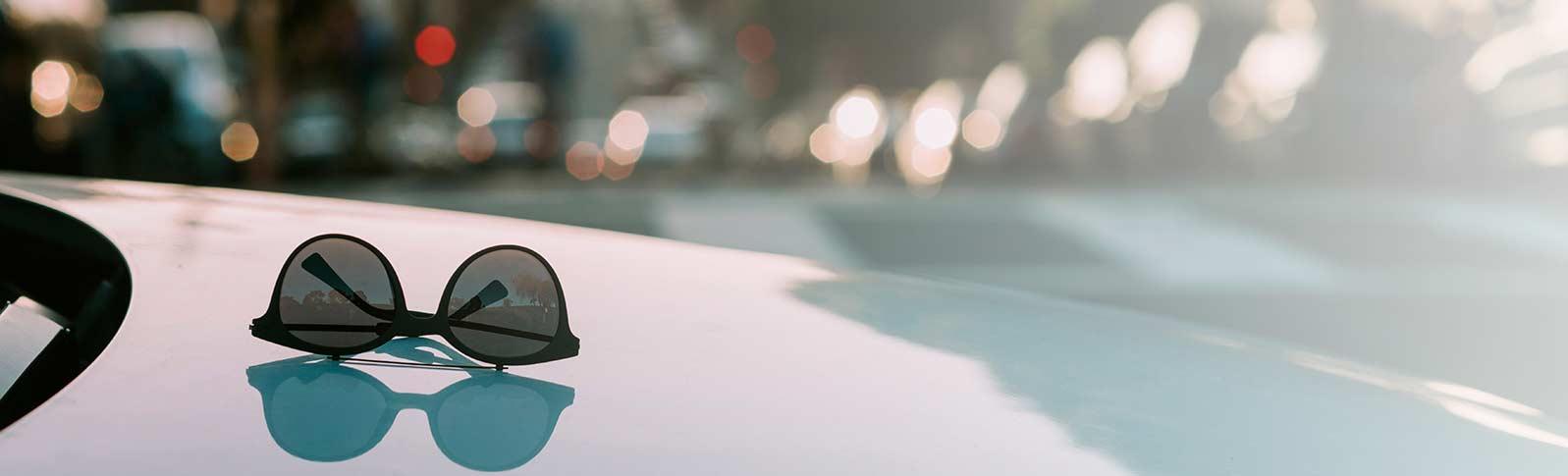 solbriller på en dashbord i en bil