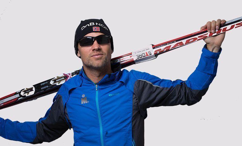 mann med sportsbriller og ski